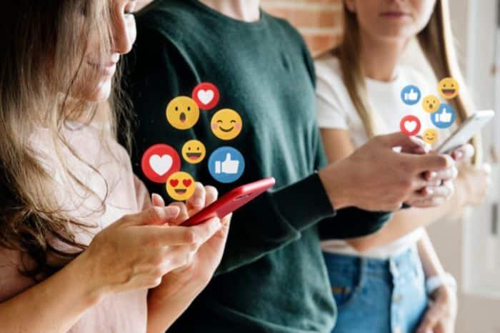 Influenceurs sur leurs smartphones