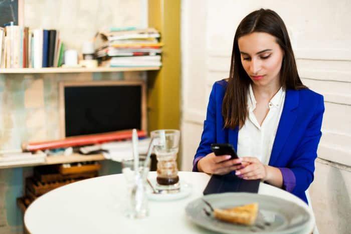 de nombreuses personnes consultent leurs emails pendant les pauses